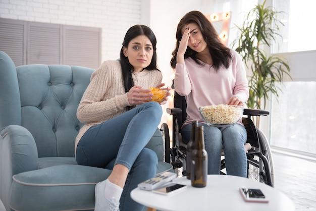 怖すぎる。映画とポップコーンをチープで消費することに関して驚いた妹と障害のある女性