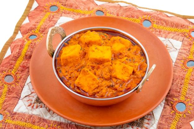 インドのおいしいスパイシーなベジタリアン料理パニールtoofani