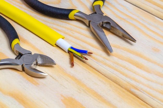 電気用工具とワイヤー