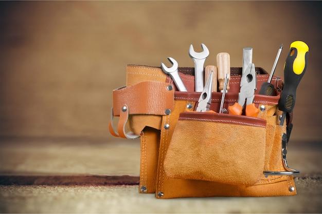 Пояс для инструментов с инструментами на деревянных фоне