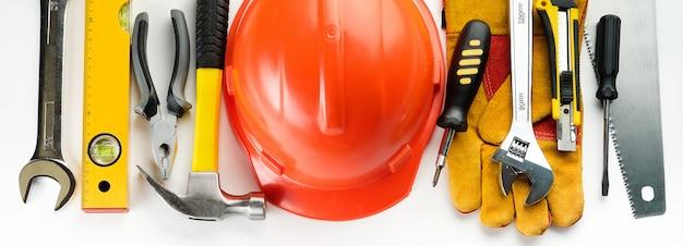 白い背景の上の家を建てるか、アパートを修理するためのツール。職長の職場。家と専門家の修理と建設のテーマ。テキストのスペースをコピーします。バナー。