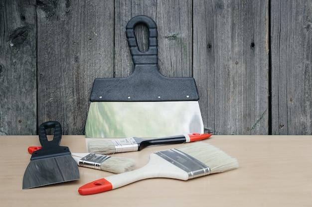 Инструмент для малярных работ. шпатель и кисти. набор предметов для ремонта.