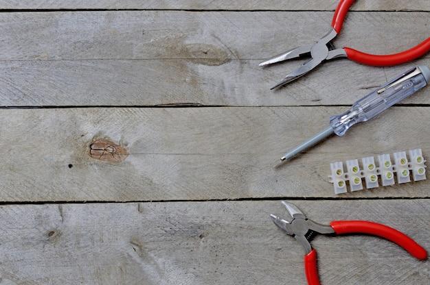 나무 테이블에 수리 전기 기술자를위한 도구입니다. 평면도. 텍스트를 놓습니다.