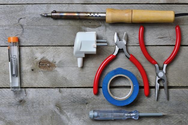 木製の背景で電気技師と作業するためのツール。コピースペース