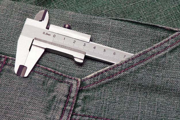청바지 주머니에 있는 도구 마이크로미터. 일상 도구