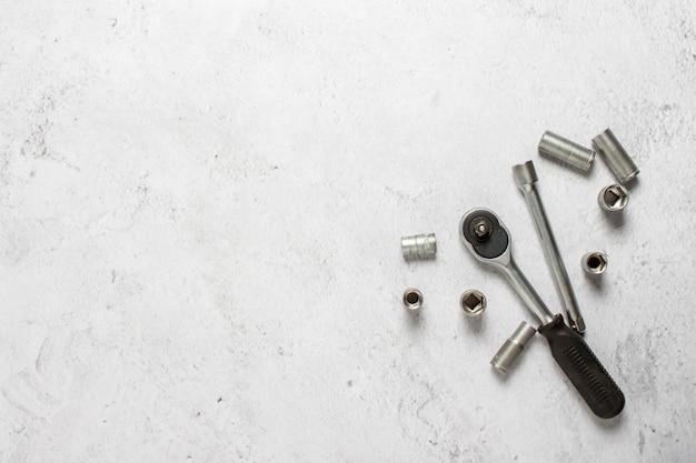 Инструмент на бетонном фоне. ремонт концепт-кара, обслуживание