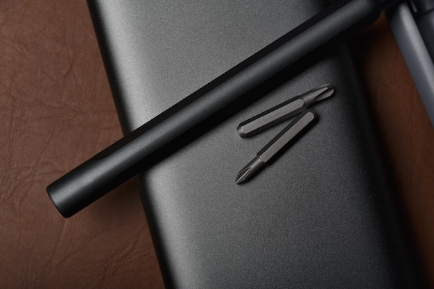 금속 스크루 드라이버 및 교체 가능한 비트 세트 컬렉션, 헤드 다른 크기의 육각 드라이버, 수리를위한 고품질 도구 및 장비가있는 도구 상자.