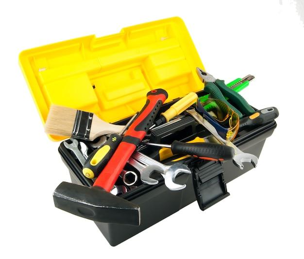 Ящик для инструментов с рабочими инструментами, изолированные на белом