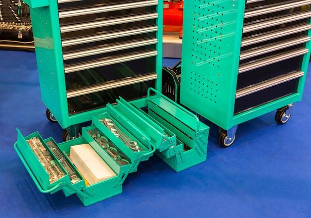 자동차 서비스, 자동차 수리 또는 차고를위한 기계 도구가있는 도구 상자. 워크샵 장비