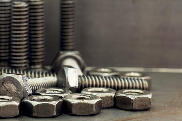 Diyで使用されるツールと機器-家の中で自分でやってください。ナットとボルトをクローズアップ
