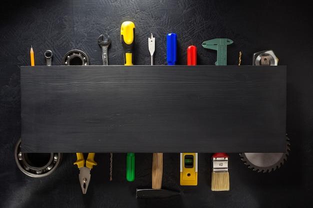 도구와 검은 배경에 악기