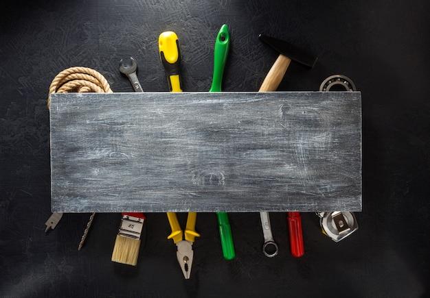 黒の背景にツールと楽器