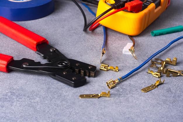 Инструменты и материалы для зачистки и опрессовки концов многожильных электрических проводов.