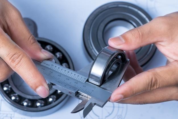 Инструменты и механизмы подробно на фоне технических чертежей