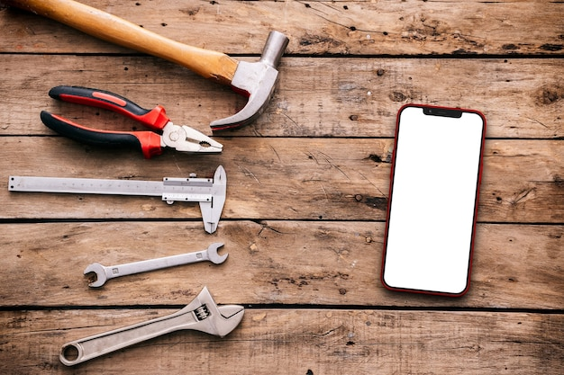시골 풍 테이블에 도구와 휴대 전화