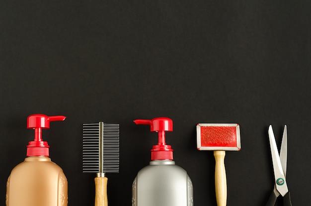 犬のグルーミング、コーミング、ペットの洗浄のためのツールと製品。ペットショップのブラックフライデー。フラットレイ