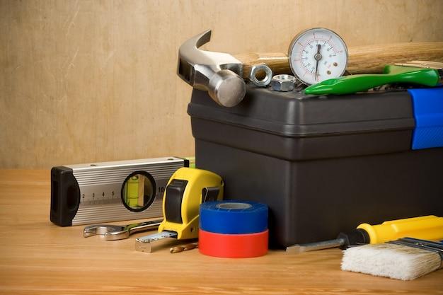 Инструменты и ящик для инструментов на текстуру дерева