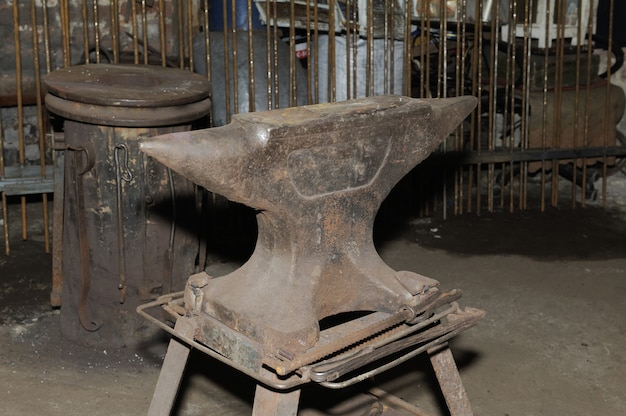 도구 - 오래된 상점에서 대장장이가 사용하는 모루
