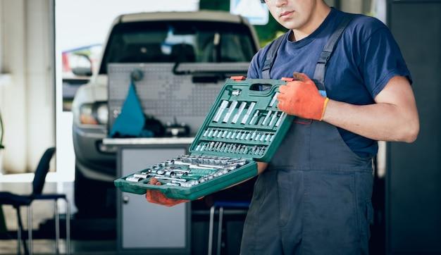 Инструменты на руках. авто ремонт