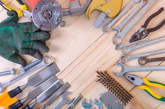 나무 바닥에 도구 건설입니다.