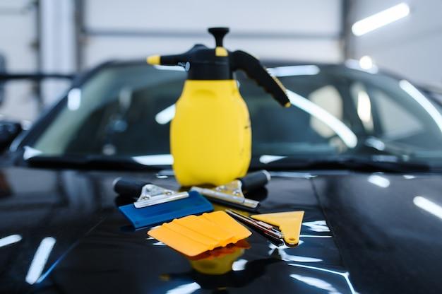 車の色付けのクローズアップ、誰も、車のチューニングサービスのためのツール。ビニールの色合いのインストール、ビジネスコンセプト、着色された自動車ガラスの機器