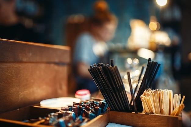 Инструменты для питья кофе на барной стойке крупным планом