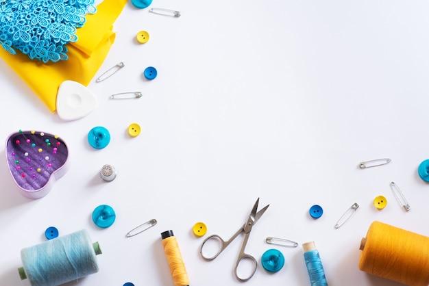 Инструменты для кройки и шитья. комплект швеи. разноцветные катушки ниток, ленты, игл на белом фоне