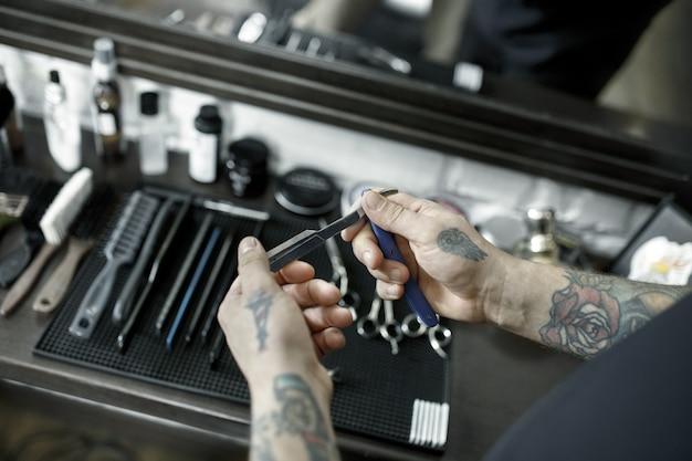 Инструменты для стрижки бороды вид сверху парикмахерской. старинные инструменты парикмахерской