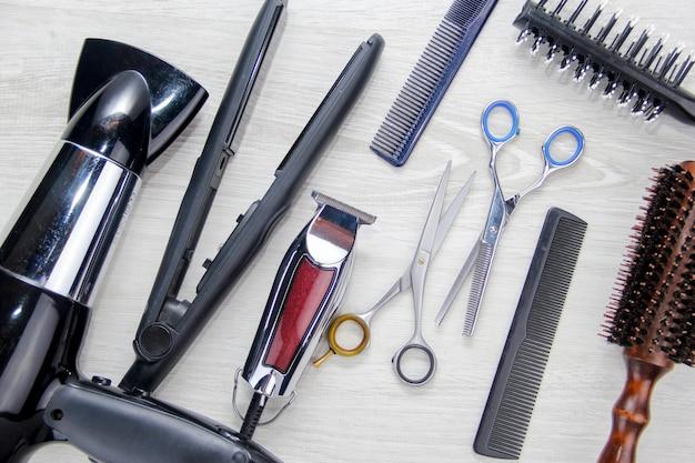 Инструменты для стрижки волос место для текста парикмахерские инструменты на рабочем столе салона красоты