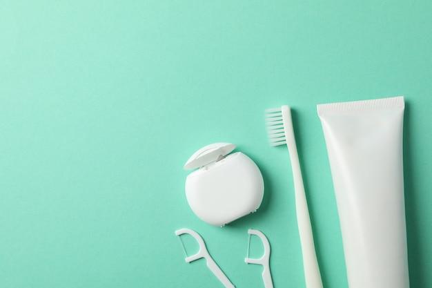 ミントの背景、トップビューで歯科治療のためのツール
