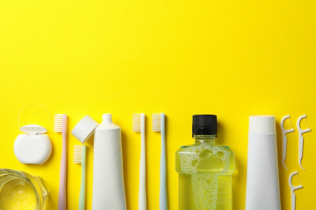 黄色の背景、テキスト用のスペースに歯科治療のためのツール