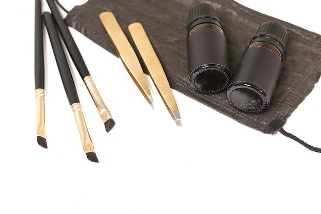 Инструменты для коррекции бровей.
