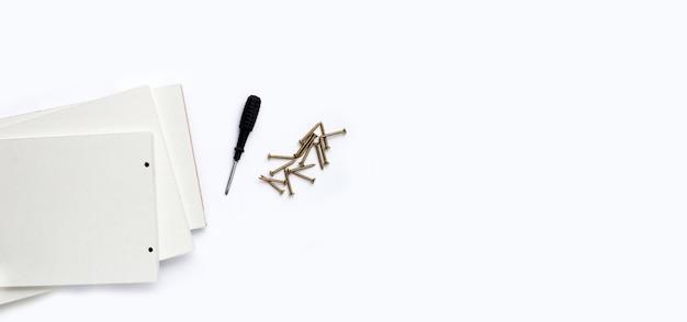 Инструменты для сборки мебели на белом фоне. копировать пространство
