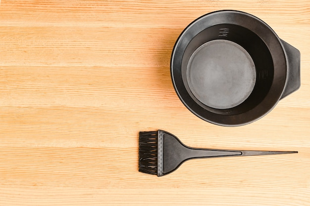 Инструменты для окрашивания волос на деревянной доске