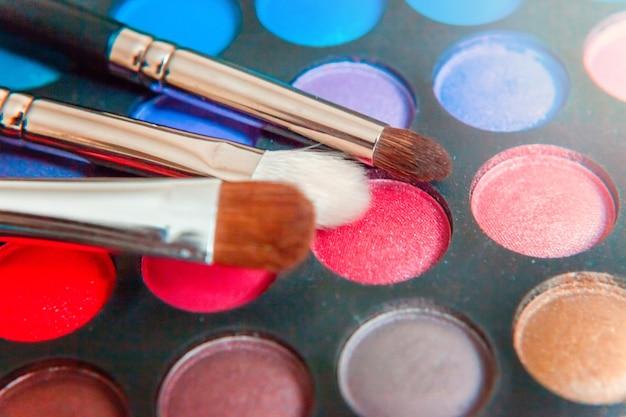 메이크업 및 화장품 도구 아이섀도 팔레트의 다른 음영 및 메이크업 브러쉬, 근접 촬영