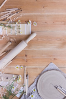 木製のテーブルで陶器を作るためのツール