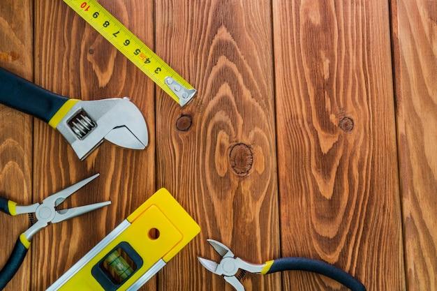 茶色の木の板にマスタービルダーのためのツール