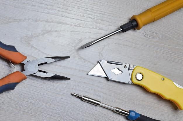 Инструменты для мелкого домашнего ремонта лежат на столешнице. вид сверху.