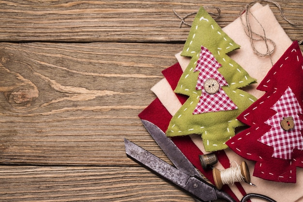 자신의 손으로 바느질 크리스마스 장난감을위한 도구
