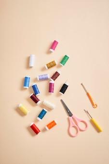 針仕事の糸はさみと biege の背景に分離された巻尺用のツール