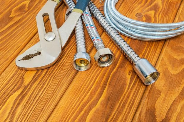 빈티지 나무 판자에 다양한 디자인의 배관 및 액세서리 도구