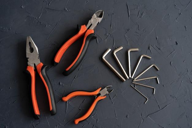 Инструменты для ремонта и сборки и установки мебели