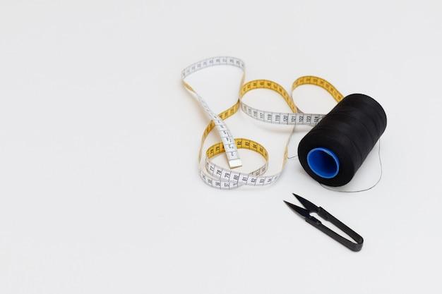 白い背景に縫うためのツール。テキスト用の空き容量