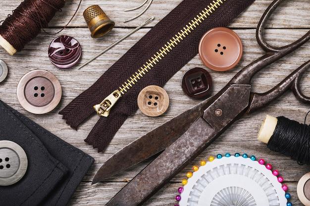 木製のテーブル トップ ビューで服を修理するためのツール