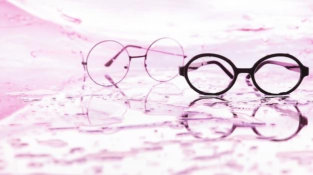 시력 교정용 도구. 튀고 흐릿한 배경에 디옵터가 있는 안경과 렌즈.