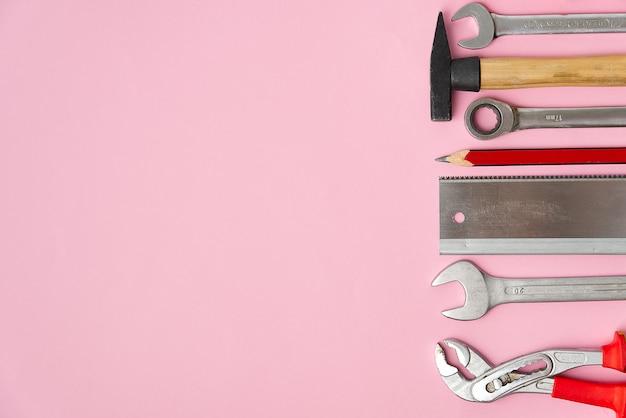 木材、金属、その他の建設作業用ツール