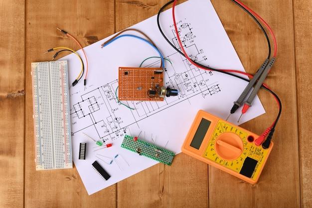 전기 회로 기판을 수리하는 전기 기술자의 도구 평면도
