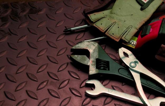 Инструменты в поясе для инструментов на фоне железа