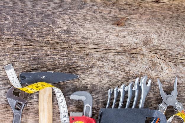 コピースペースと木製の背景にツールキットの境界線