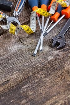 コピースペースと古い木製の背景のツールキット